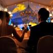 Hochzeitsfeier-Brautpaar-Anstossen-Foto
